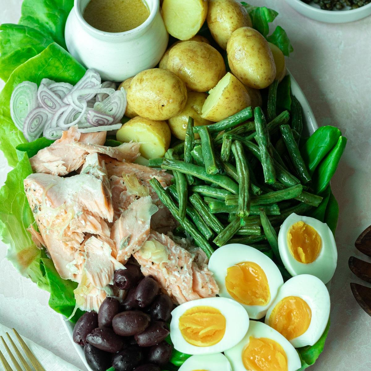 featured photo of salmon niçoise salad